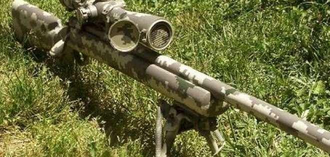 Hallan fusiles checos de francotirador en escondite rebelde en Colombia
