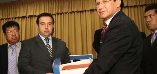 Exfiscal Pesántez entregó firmas al CNE para inscripción de su movimiento