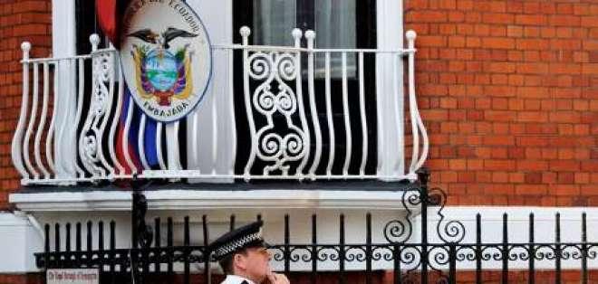 Assange refugiado en Embajada de Ecuador entre amenaza de arresto