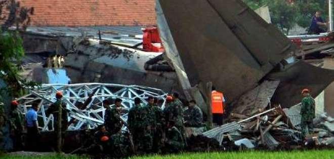 Diez muertos al estrellarse un avión del Ejército en Yakarta