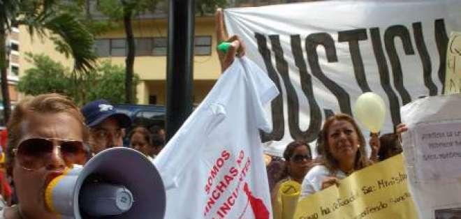Familiares de los 14 hinchas detenidos marchan para exigir liberación
