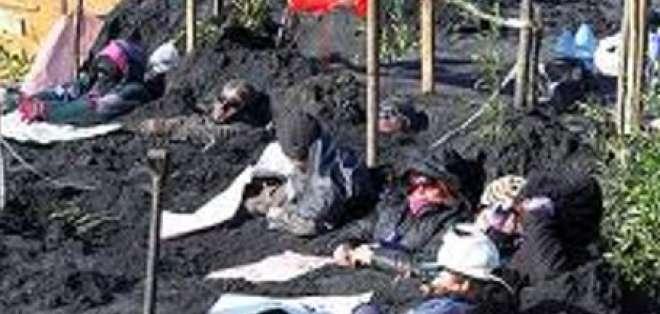 Chilenos se entierran como muestra de protesta ambiental