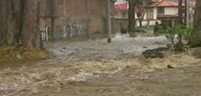 Desbordamiento del río Tomebamba causa inundaciones en Cuenca
