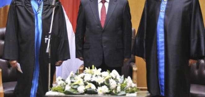 Mursi jura como primer presidente elegido democráticamente en Egipto