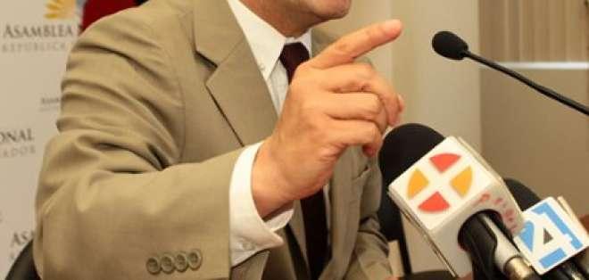 César Montúfar pide a Lucio Gutiérrez que desista de ser candidato