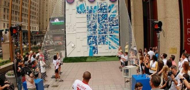 Thierry Henry ayuda a desplegar con balonazos un grafiti en Nueva York