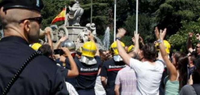 Funcionarios españoles protestan por los recortes salariales