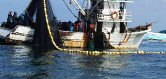Armada colombiana captura cinco pesqueros ecuatorianos y sus tripulantes