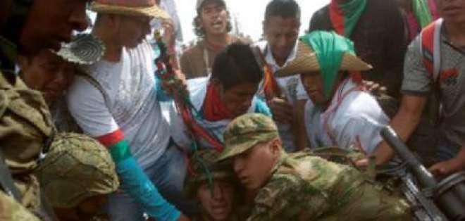 Indígenas retienen a 30 militares y a 4 guerrilleros de las FARC