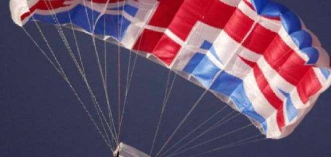 Isabel II llega al Estadio Olímpico en helicóptero con James Bond