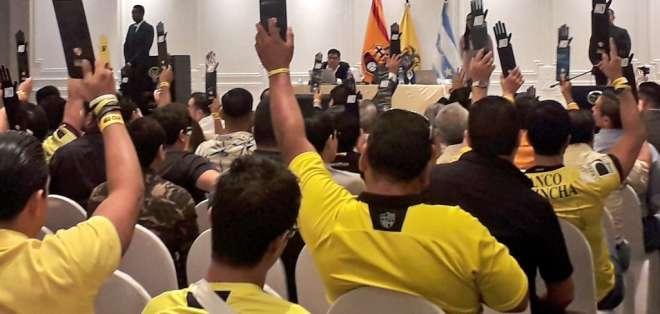 Socios en el momento de votar. Foto: Comunicadores BSC