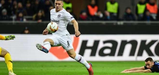 Jugador del Inter en el piso en jugada del Frankfurt.