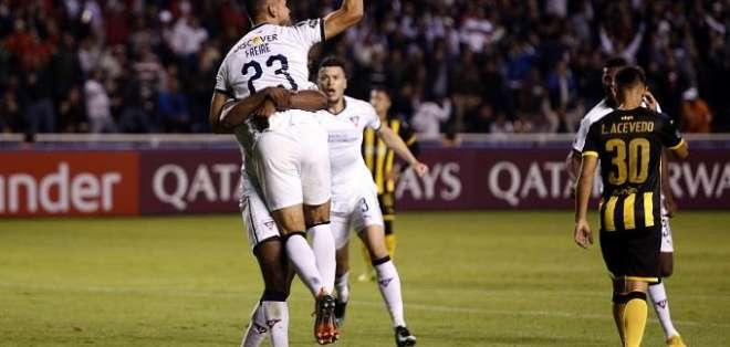 Jugadores de LDUQ, celebrando un gol.