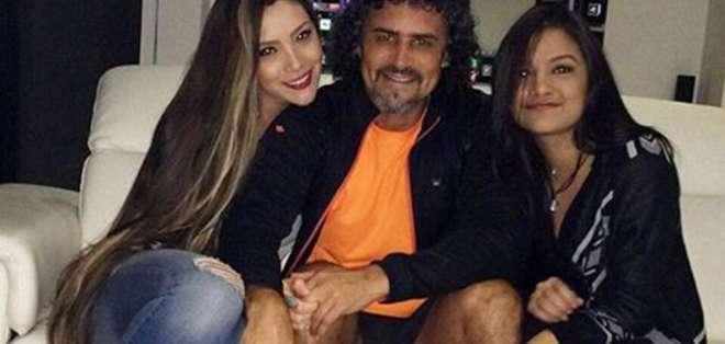 Leonel Álvarez, junto a su esposa e hijastra.