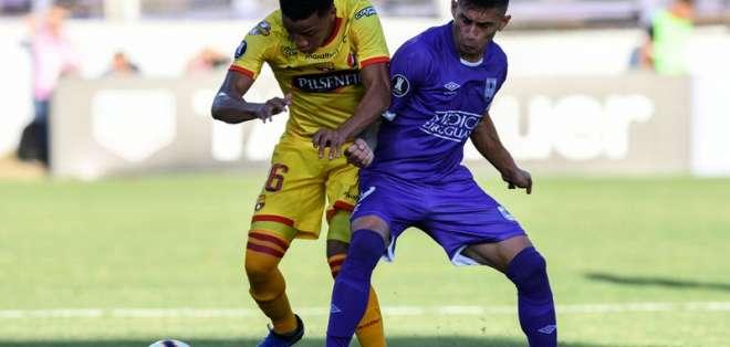 Byron Castillo, jugador de BSC ante un elemento de Defensor Sporting.