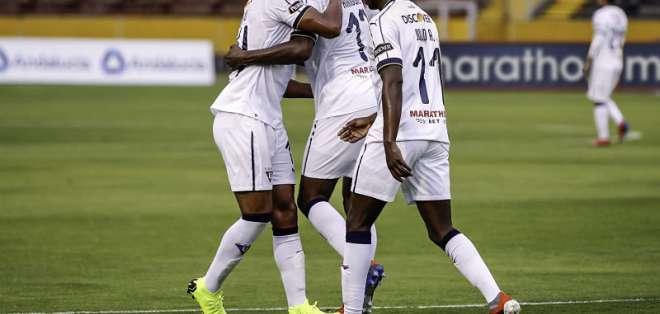 Juan Luis Anangonó (c.) hizo el único gol del partido. Foto: API