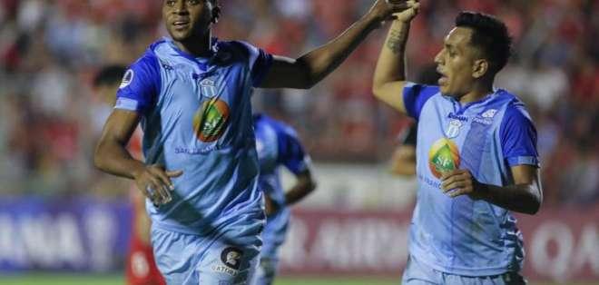 Estrada y Champang festejan un gol de Macará en Sudamericana.