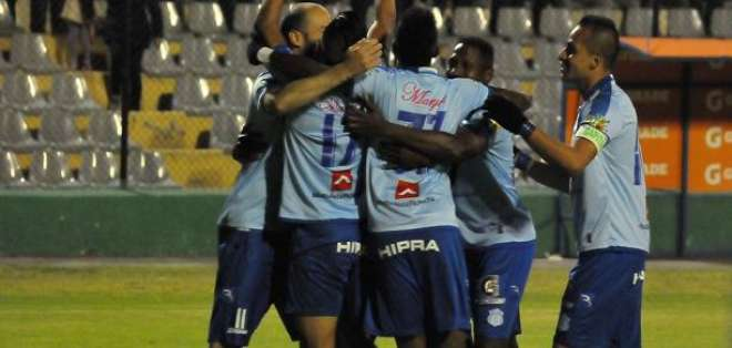 Jugadores de Macará celebrando un gol.