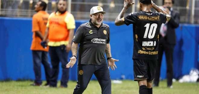 Diego Armando Maradona junto a Vinicio Angulo.