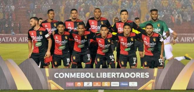 El defensor ecuatoriano (izquierda arriba) jugó todo el partido y fue amonestado a los 48 minutos. Foto: DIEGO RAMOS / AFP