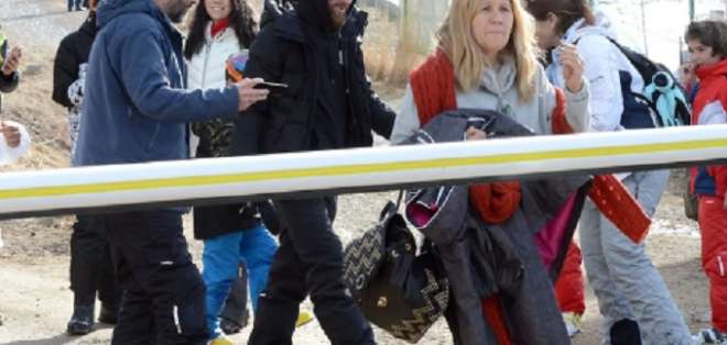 Messi junto a su madre llegando al centro de esquí