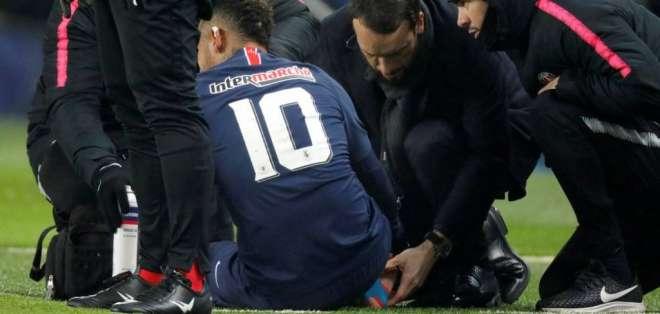 Neymar en el piso por una lesión que sufrió recién