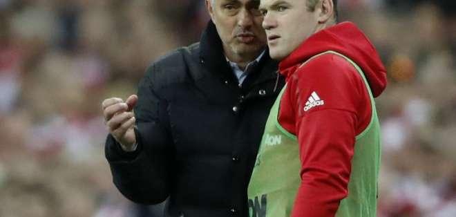 Wayne Rooney se sumó a la ola de críticas contra Jose Mourinho.