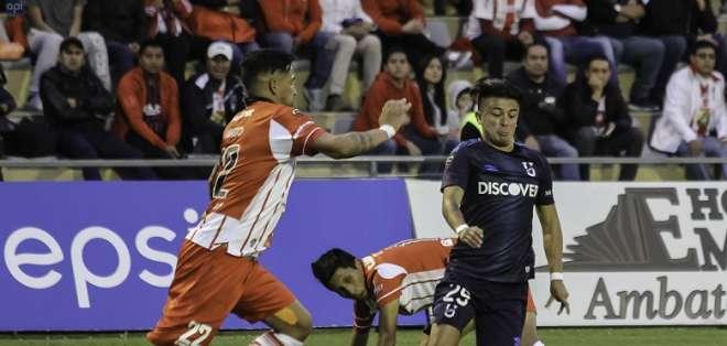 Jugadores de Técnico Universitario y Universidad Católica en la disputa de un balón. Foto: API