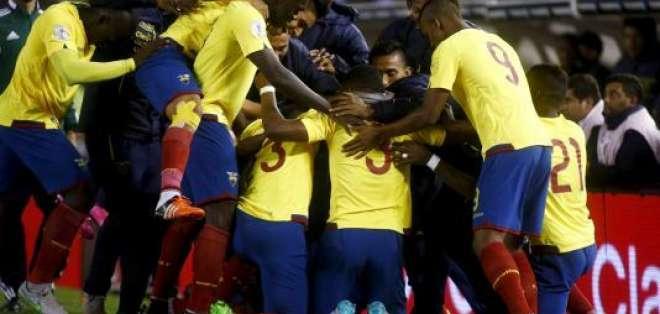El entrenador colombiano dispuso un equipo titular sin delantero centro. Foto: Archivo