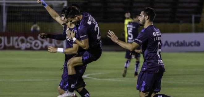 Jugadores de la U. Católica, celebrando un gol.
