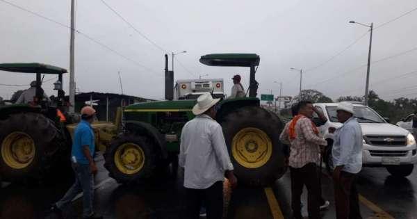 Agricultores reclaman pagos pendientes con cierre de vías