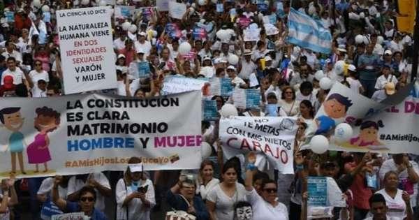 Multitudinaria marcha en Guayaquil por la familia