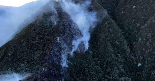 Bomberos combaten incendio forestal en el Pululahua
