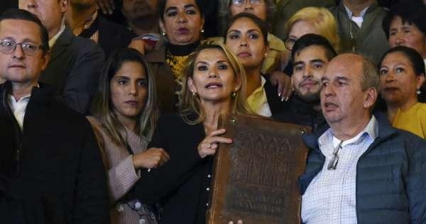 Senadora Jeanine Añez se proclama presidenta de Bolivia
