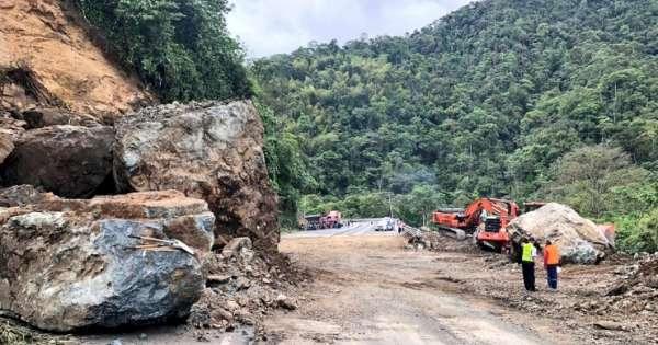 Derrumbe en vía Alóag - Santo Domingo interrumpe circulación