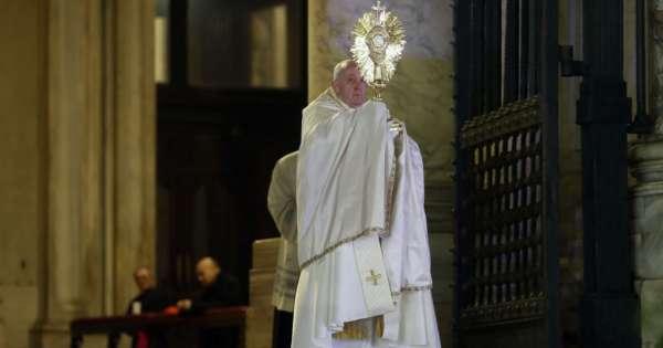 El papa bendice al mundo en soledad por el coronavirus