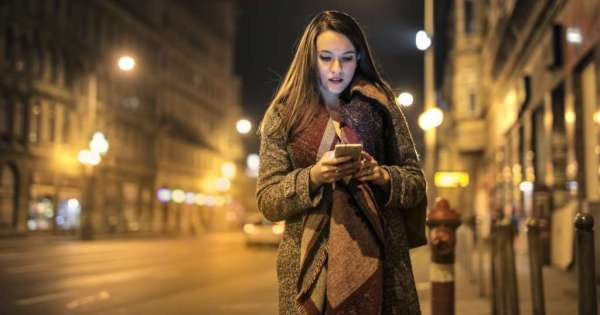 Ciudad japonesa quiere prohibir el uso de celulares cuando se camina