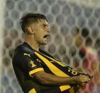 Luis Acevedo celebra una anotación con Peñarol.