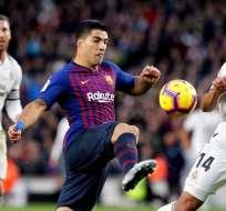 Suárez, delantero del Barcelona disputa un balón.