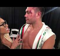 El boxeador antes de besar a la reportera.