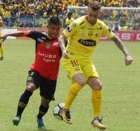 Damián Díaz disputa el balón con un elemento de Deportivo Cuenca. Foto: Archivo.