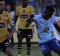 Jugadores de ambos clubes disputando el balón.