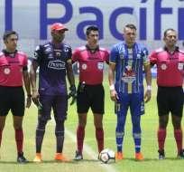 Máximo Banguera junto a Carlos Garcés, capitanes de BSC y Delfín SC.