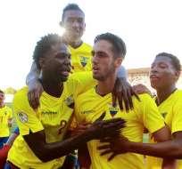 Leonardo Campana (centro) festeja su gol ante Perú