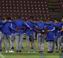 Jugadores de Emelec en el reconocimiento del estadio. Foto: Twitter Emelec.