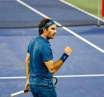 Roger Federer festeja con su puño derecho.