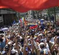 CARACAS, Venezuela.- Cientos de opositores marchan hoy, domingo 3 de marzo de 2013, por Caracas para exigir al Gobierno venezolano que diga la verdad sobre la salud del presidente Hugo Chávez. Foto: EFE.
