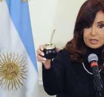 CIUDAD DEL VATICANO.- La presidenta argentina, Cristina Fernández de Kirchner muestra su taza de mate durante una rueda de prensa tras su encuentro con el papa Francisco. Foto: EFE.