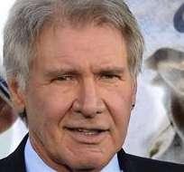 """LOS ANGELES, EE.UU..- Los actores estadounidenses Harrison Ford (i) y Calista Flockhart llegan al estreno de la película """"42"""" sobre la leyenda del béisbol Jackie Robinson. Foto: EFE."""
