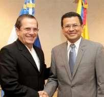 Los ministros de Relaciones Exteriores de El Salvador y Ecuador, Hugo Martínez (d) y Ricardo Patiño (i). Foto: EFE